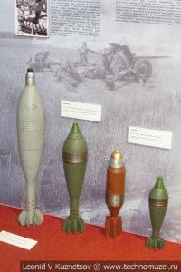 Миномётные мины дивизионного 160-мм миномёта, батальонных 120-мм миномётов, полкового горно-вьючного 107-мм миномёта и 82-мм батальонных миномётов в музее отечественной военной истории в Падиково
