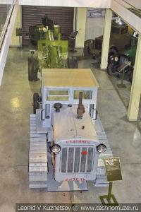 Трактор Сталинец-65 с гаубицей-пушкой МЛ-20 в музее отечественной военной истории в Падиково