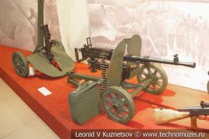 7,62-мм станковый пулемёт Горюнова СГ-43 образца 1943 года на сложенном и разложенном станке в музее отечественной военной истории в Падиково