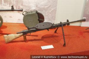 7,62-мм модернизированный танковый пулемёт Дегтярёва ДТМ с зарядным устройством для дисков в музее отечественной военной истории в Падиково