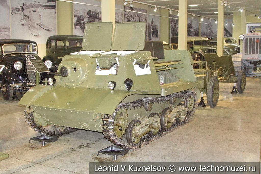 Артиллерийский тягач Т-20 Комсомолец с 45-мм противотанковой пушкой в музее отечественной военной истории в Падиково
