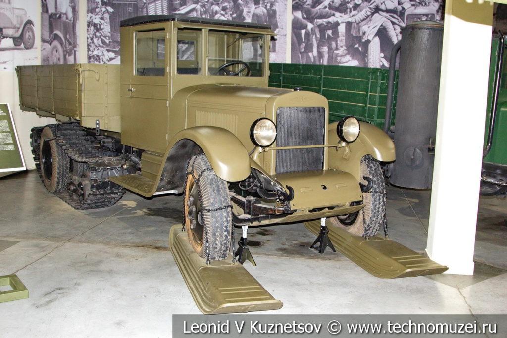 Грузовой автомобиль со сменным гусеничным ходом ЗиС-33 1940 года в музее отечественной военной истории в Падиково