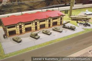Макет, дающий возможность оценить реальные размеры современной военной техники в музее отечественной военной истории в Падиково