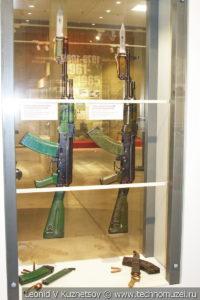 Наградные автоматы АК-74 и АКМ для пограничных войск СССР в музее отечественной военной истории в Падиково