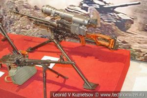 7,62-мм пулемёт Калашникова на станке Саможенкова ПКМС с ночным прицелом в музее отечественной военной истории в Падиково