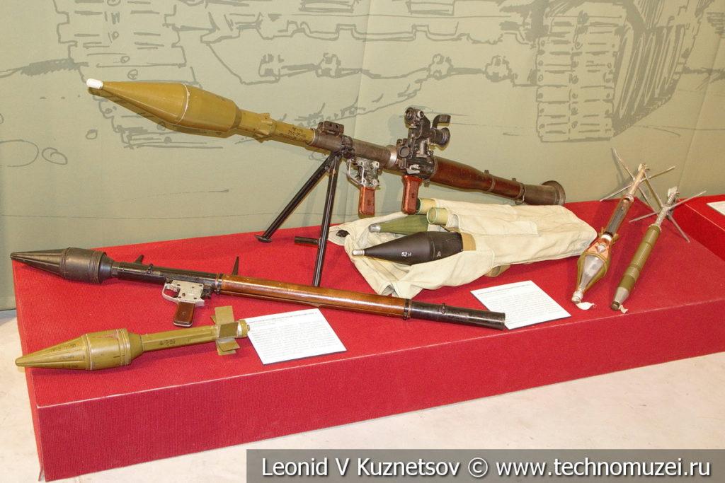 Ручные противотанковые гранатомёты РПГ-2 и РПГ-7 в музее отечественной военной истории в Падиково