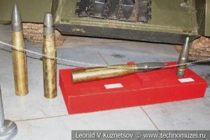 Осколочно-фугасные унитарный выстрел и снаряд СУ-100 в музее отечественной военной истории в Падиково