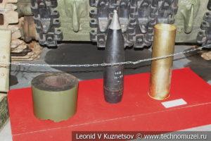 Фрагмент ствола, снаряд и гильза с метательным зарядом ИСУ-152 в музее отечественной военной истории в Падиково