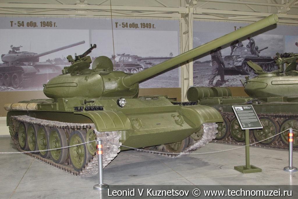 Т-54 средний танк 1946 года в музее отечественной военной истории в Падиково