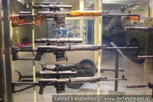 """Снайперские винтовки Драгунова СВД и СВДС, бесшумные пистолеты АПБ и АП, пистолет-пулемёт ПП-91-01 """"Кедр"""" в музее отечественной военной истории в Падиково"""