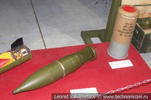 Осколочно-фугасный снаряд и гильза с метательным зарядом Т-90 в музее отечественной военной истории в Падиково
