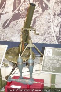 107-мм горно-вьючный миномёт образца 1938 года с осколочно-фугасными минами в музее отечественной военной истории в Падиково