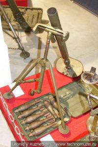 50-мм ротные миномёты образца 1938 и 1940 года с лотком для переноски мин в музее отечественной военной истории в Падиково