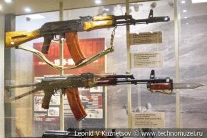 5,45-мм автоматы Калашникова АК-74, АКС-74 и АКС-74У в музее отечественной военной истории в Падиково