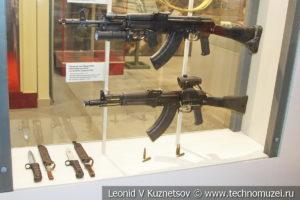 5,45-мм автоматы АК-74М и АК-105 и 7,62-мм автоматы АК-103 и АК-104 в музее отечественной военной истории в Падиково