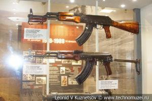 Модернизированный 7,62-мм автомат АКМ в музее отечественной военной истории в Падиково