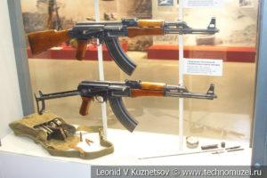 7,62-мм автомат Калашникова АК в разных исполнениях в музее отечественной военной истории в Падиково