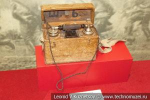 Полевой телефонный аппарат периода Первой Мировой войны в музее отечественной военной истории в Падиково