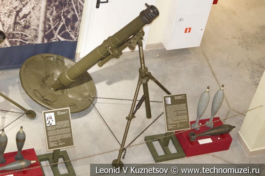 120-мм полковой миномёт образца 1938 года на сошках образца 1943 года с осколочно-фугасной и двумя осветительными минами в музее отечественной военной истории в Падиково