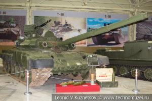 Т-90 Владимир основной боевой танк 1992 года в музее отечественной военной истории в Падиково