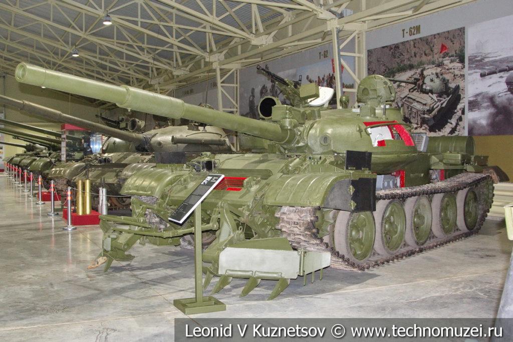 Учебно-демонстрационный танк Т-62М с колейным минным тралом КМТ-6 в музее отечественной военной истории в Падиково