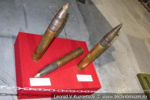 Осколочно-фугасный и бронебойно-трассирующий выстрелы ПТ-76 в музее отечественной военной истории в Падиково