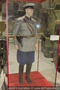 Полковник автобронетанковых войск в повседневной форме в музее отечественной военной истории в Падиково