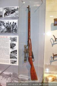 Винтовка Мосина с упрощённым креплением оптического прицела в музее отечественной военной истории в Падиково
