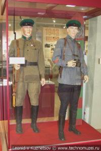 Красноармеец и лейтенант пограничных войск НКВД в музее отечественной военной истории в Падиково