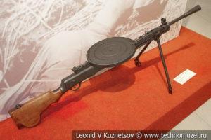 Ручной пулемёт ДП-27 ранней конструкции в музее отечественной военной истории в Падиково
