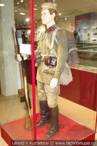 Кадровый сержант-пехотинец РККА в музее отечественной военной истории в Падиково