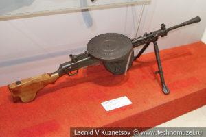 Ручной пулемёт ДП-27 поздней конструкции в музее отечественной военной истории в Падиково