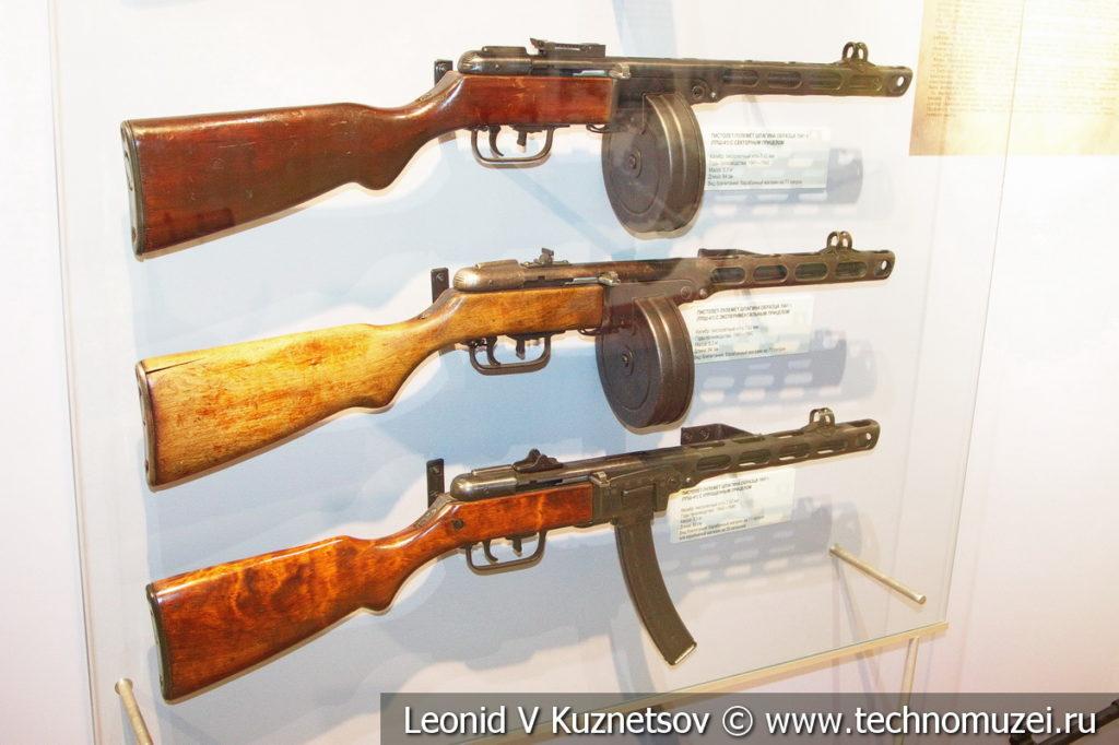 Пистолеты-пулемёты ППШ-41 разных модификаций в музее отечественной военной истории в Падиково