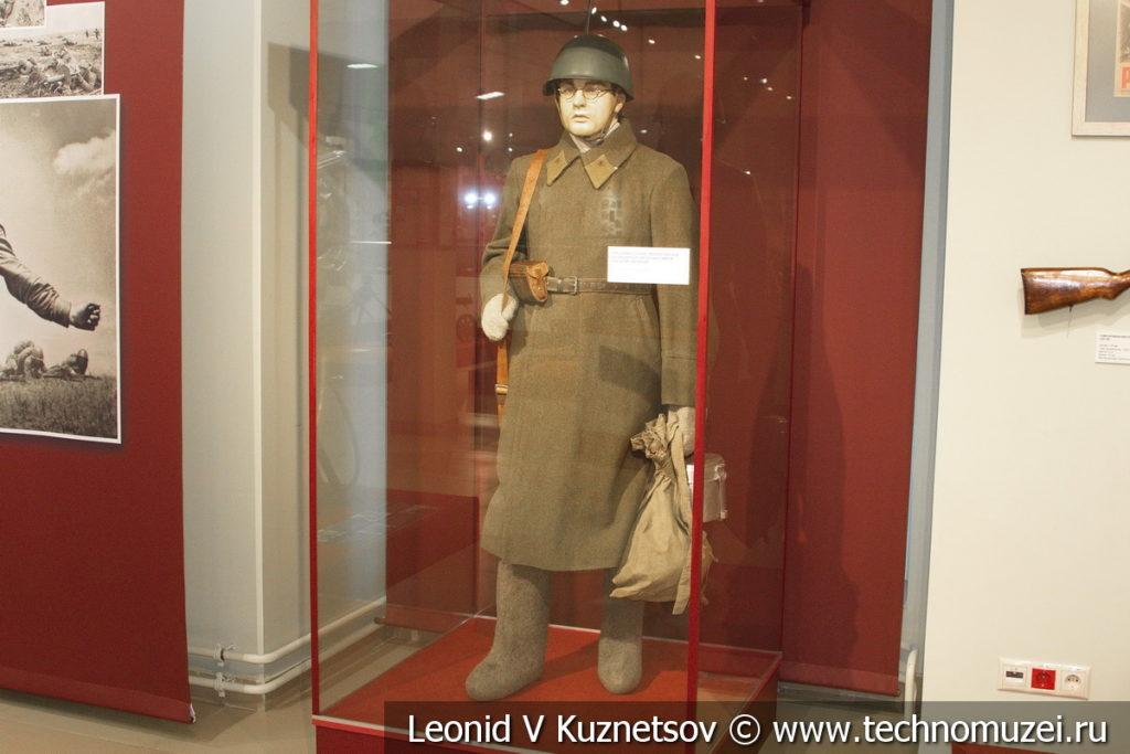 Красноармеец-связист, мобилизованный из гражданского населения, в зимнем походном снаряжении в музее отечественной военной истории в Падиково