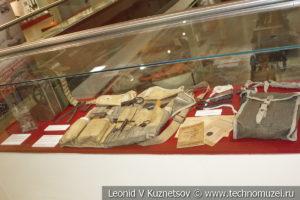 Комплект инструментов для обслуживания пулемёта Максима и затворы разных лет выпуска в музее отечественной военной истории в Падиково