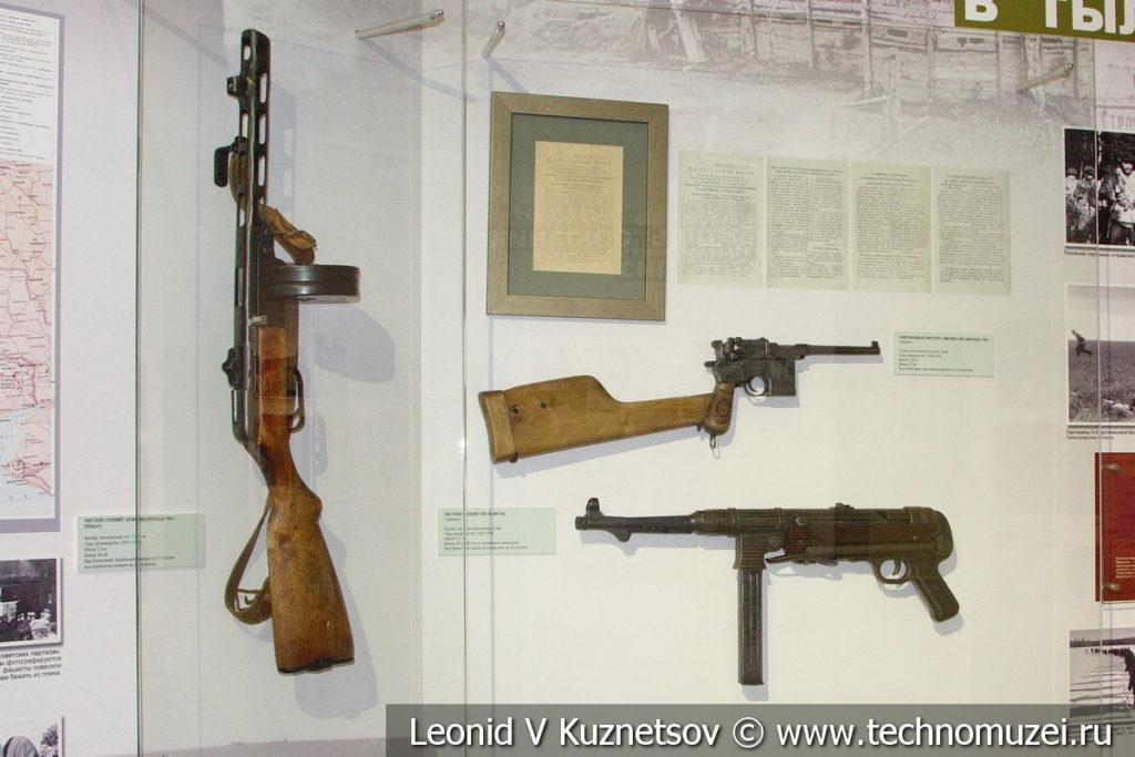 Оружие партизан - советский ППШ-41 в музее отечественной военной истории в Падиково