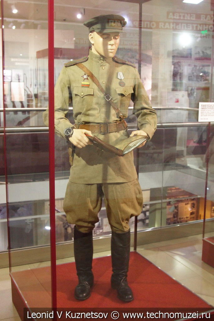 Младший сержант пехоты в летнем полевом снаряжении в музее отечественной военной истории в Падиково