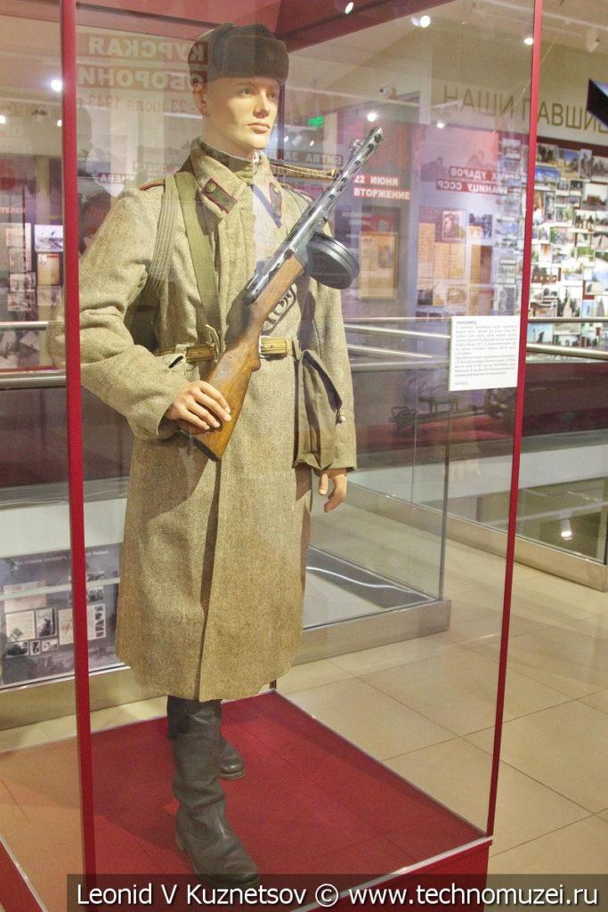 Рядовой красноармеец в осенне-зимней форме в музее отечественной военной истории в Падиково