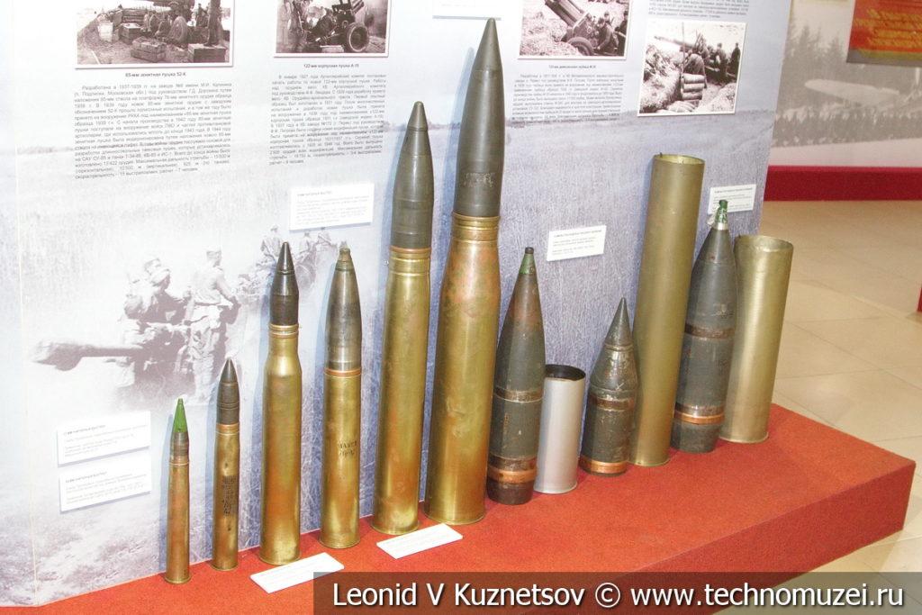 Боеприпасы ствольной артиллерии 37-мм, 45-мм, 76-мм, 85-мм и 100-мм унитарные выстрелы, 122-мм, и 152-мм выстрелы раздельно-гильзового заряжания в музее отечественной военной истории в Падиково