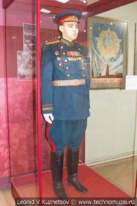 Генерал-майор в общевойсковой парадной форме для строя в музее отечественной военной истории в Падиково